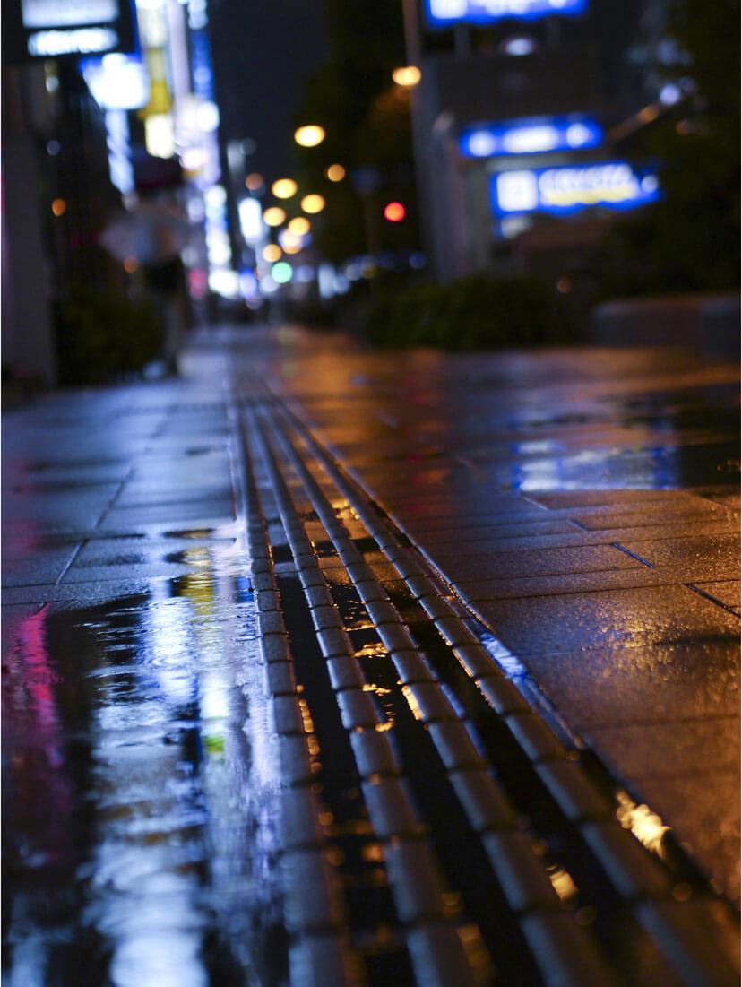雨の歩道背景ボケ写真