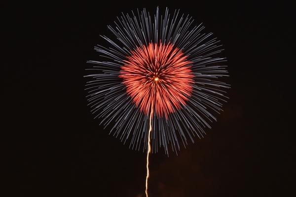 昇り火を写した花火写真