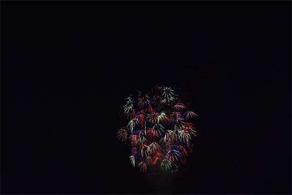 花火が小さく写った構図