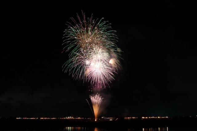 広い構図で撮った花火写真